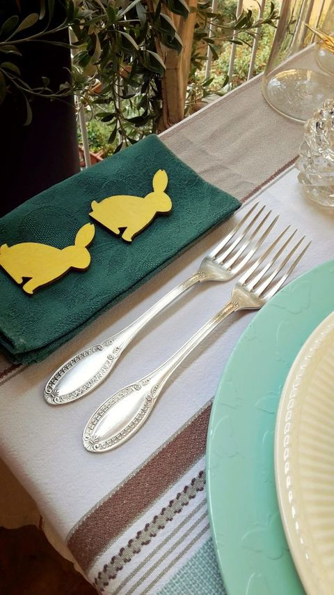 Dishware, Serveware, Textile, Tableware, Cutlery, Tablecloth, Linens, Kitchen utensil, Fork, Home accessories,