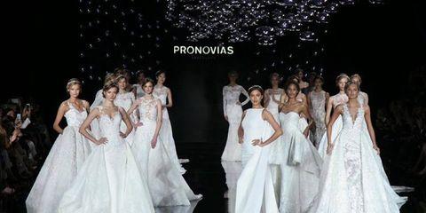 8174e2c972ad Pa erella stellata per la sfilata Pronovias che ha presentato la nuova  collezione di abiti da sposa 2017 sotto un cielo illuminato di sfere  d argento.