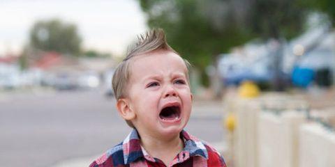 Crisi di pianto e capricci: come calmare il bambino con la 'bottiglia della calma'