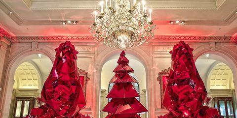 88166745be Natale con i tuoi... ma dove vuoi. In giro per il mondo, ma in hotel che si  preparano a festeggiare il Natale con sfavillanti addobbi mozzafiato e luci  ...