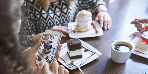 Social mania: foto di gente che scatta foto al cibo