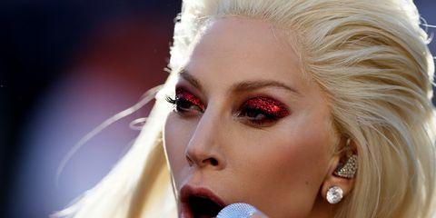 Lady Gaga al Super Bowl: zoom sul makeup e nail look scelti dalla star