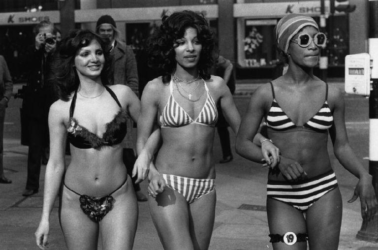 Costumi Da Bagno Anni 80 : Foto vintage di donne al mare in costume da bagno tra bikini e
