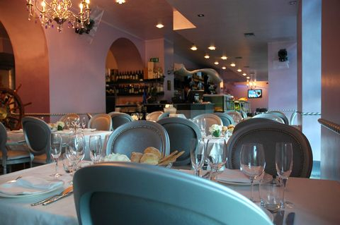 Lighting, Drinkware, Dishware, Glass, Stemware, Interior design, Furniture, Serveware, Tableware, Tablecloth,