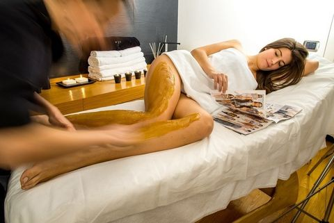 Comfort, Eyelash, Linens, Bed, Long hair, Bedding, Model, Bedroom, Bed sheet, Spa,