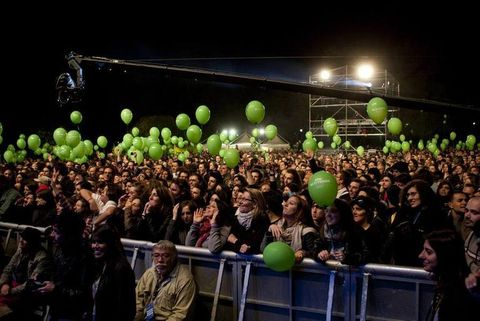 Head, Green, People, Product, Crowd, Entertainment, Audience, Night, Balloon, Public event,