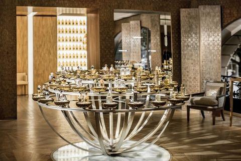 Interior design, Glass, Hall, Home accessories, Restaurant, Stemware, Light fixture, Function hall, Banquet, Barware,