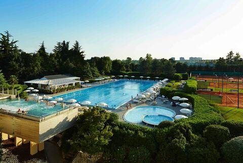 Swimming pool, Property, Real estate, Azure, Garden, Resort, Aqua, Resort town, Sunlounger, Landscaping,