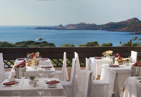 Tablecloth, Coastal and oceanic landforms, Dishware, Table, Linens, Furniture, Restaurant, Serveware, Tableware, Stemware,