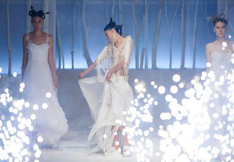 f46b0e7682a9 Domenica 31 gennaio lo stilista londinese David Fielden presenta a Milano  la collezione 2016 di abiti da sposa. L evento esclusivo dedicato alle  future ...