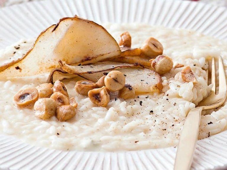 Il risotto al gorgonzola e pere è la ricetta facile dell'autunno, perfetta per una cena a lume di candela