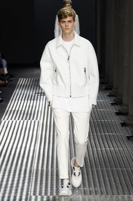 Sleeve, Outerwear, White, Standing, Style, Fashion show, Fashion, Street fashion, Runway, Fashion model,
