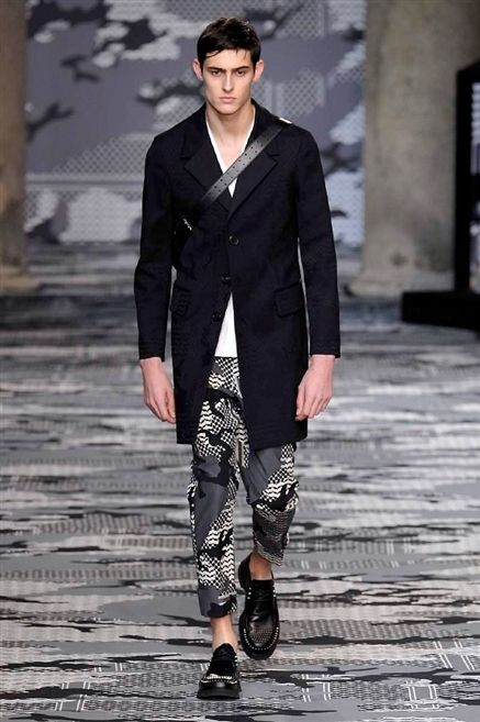 Clothing, Sleeve, Human body, Fashion show, Outerwear, Collar, Style, Street fashion, Runway, Fashion model,
