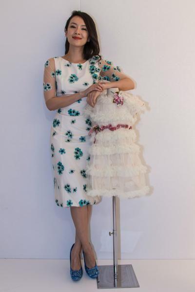 Clothing, Leg, Sleeve, Dress, Shoulder, Shoe, Standing, Joint, One-piece garment, Formal wear,