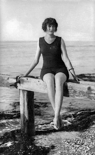 Foto vintage di donne al mare in costume da bagno tra bikini e interi dagli anni 10 agli anni 80 - Ragazze al bagno ...