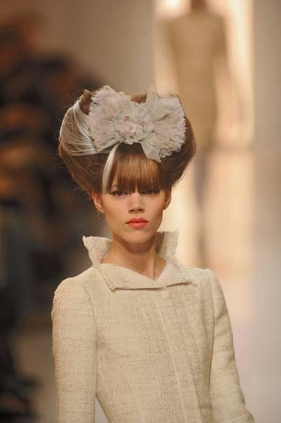 Hair accessory, Headpiece, Style, Headgear, Fashion accessory, Fashion, Street fashion, Beige, Embellishment, Lipstick,
