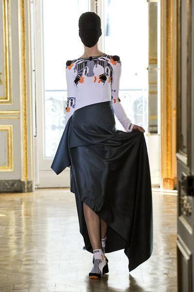 Sleeve, Floor, Style, Flooring, Waist, Fashion, Street fashion, Back, Door, Sandal,