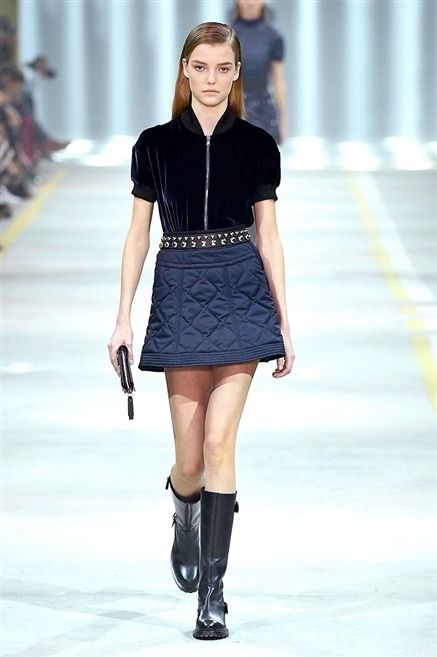 Fashion show, Shoulder, Joint, Outerwear, Human leg, Fashion model, Runway, Style, Knee, Street fashion,