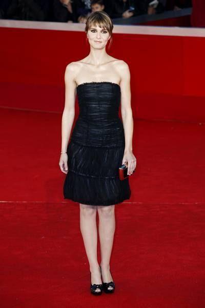 Dress, Flooring, Shoulder, Red, Joint, Strapless dress, Carpet, Premiere, Style, Waist,