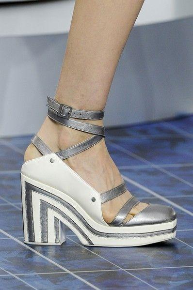 Footwear, Human leg, Joint, Fashion, Tan, Grey, Foot, Beige, Sandal, Ankle,