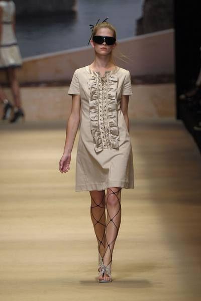 Eyewear, Vision care, Brown, Shoulder, Human leg, Joint, Sunglasses, Fashion show, Style, Summer,