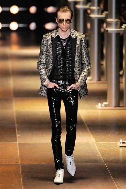 Fashion show, Outerwear, Style, Runway, Fashion model, Sunglasses, Street fashion, Fashion, Leather, Knee,