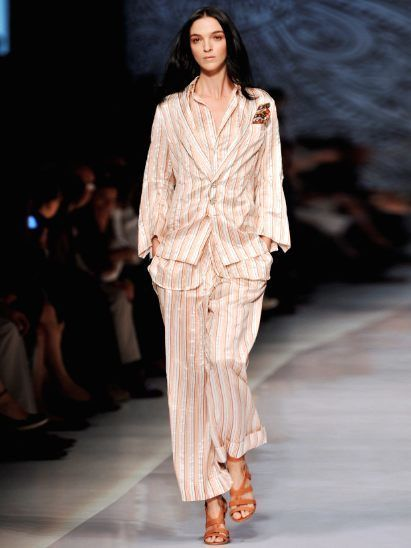 Fashion show, Brown, Event, Shoulder, Runway, Fashion model, Style, Fashion, Neck, Model,