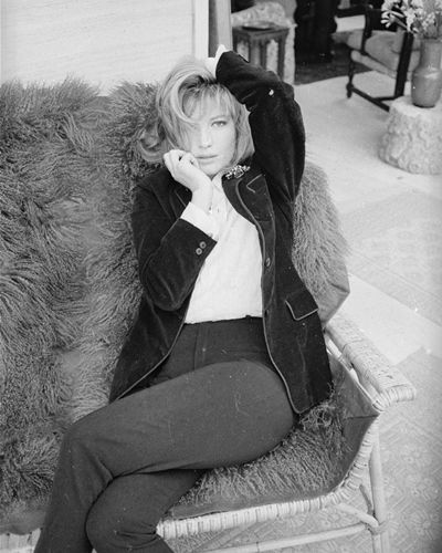 Style, Jacket, Sitting, Knee, Fur, Monochrome, Natural material, Animal product,