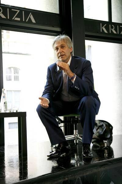 Leg, Trousers, Shoe, Dress shirt, Sitting, Blazer, Suit trousers, White-collar worker, Dress shoe, Businessperson,