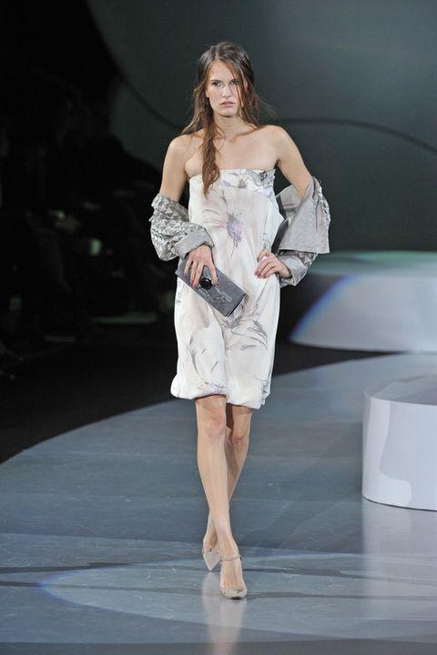 Shoulder, Human leg, Dress, Joint, Fashion show, Fashion model, One-piece garment, Runway, Fashion, Knee,