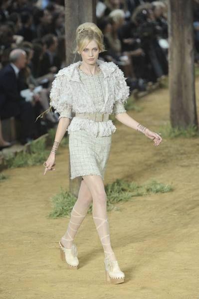 Sleeve, Joint, Human leg, Street fashion, Fashion, Knee, Fashion model, Beige, Waist, Blond,