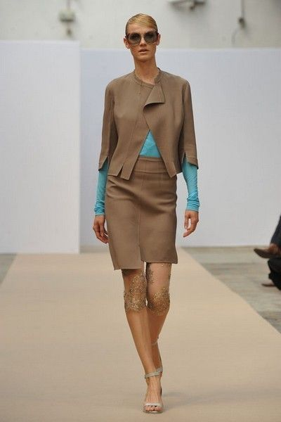 Fashion show, Brown, Shoulder, Human leg, Runway, Joint, Outerwear, Fashion model, Style, Sunglasses,
