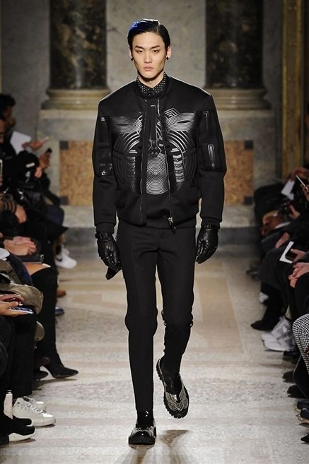 Footwear, Fashion show, Outerwear, Jacket, Runway, Style, Fashion model, Collar, Street fashion, Winter,