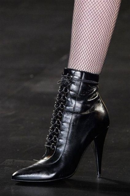 Scarpe, sandali, ballerine, décolleté, stivali, stivaletti e stringate tutti i modelli visti in passerella