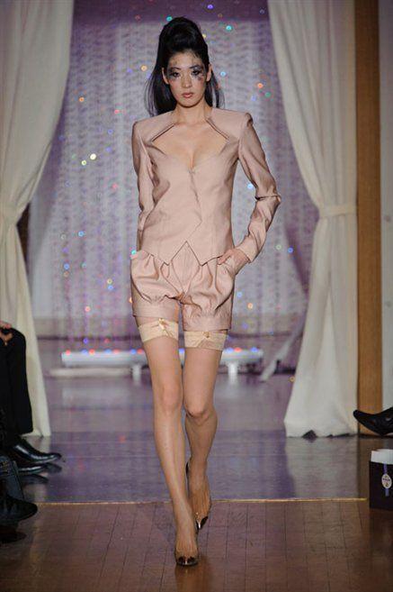 Fashion show, Human body, Human leg, Shoulder, Textile, Runway, Waist, Style, Fashion model, Curtain,