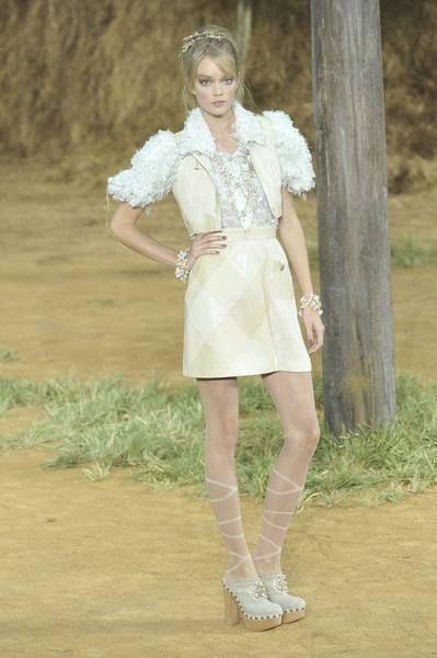 Sleeve, Shoulder, Joint, Human leg, Dress, Style, Fashion model, Waist, High heels, Neck,