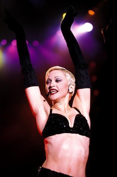 Entertainment, Performing arts, Waist, Abdomen, Trunk, Stomach, Performance, Navel, Thigh, Dancer,