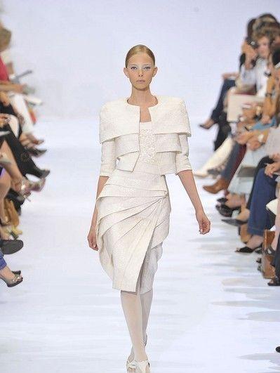 Leg, Fashion show, Event, Sleeve, Shoulder, Human leg, Runway, Joint, Waist, Fashion model,