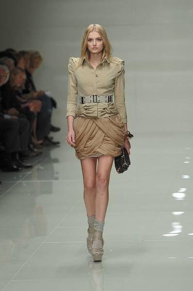 Leg, Fashion show, Brown, Shoulder, Human leg, Runway, Joint, Khaki, Style, Waist,