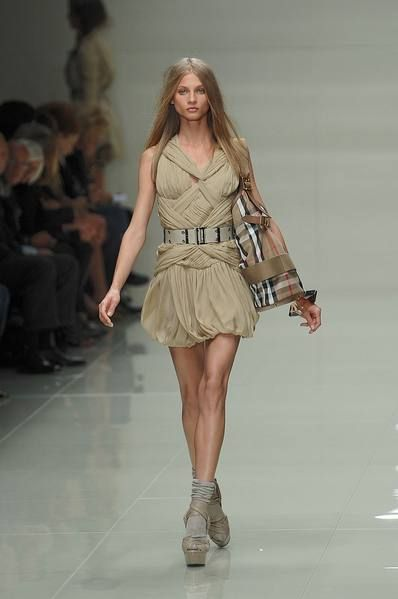 Clothing, Leg, Brown, Shoulder, Human leg, Dress, Fashion show, Joint, Runway, Style,