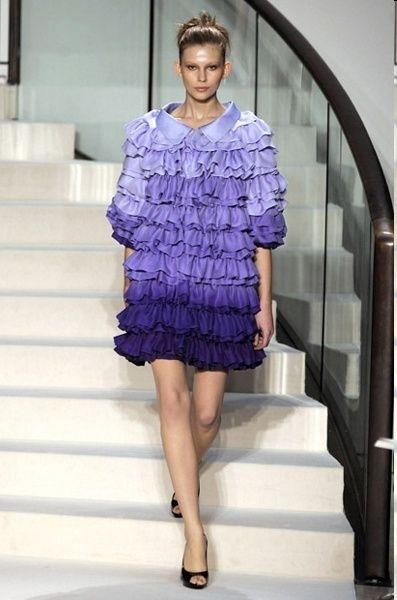 Clothing, Leg, Sleeve, Human leg, Shoulder, Dress, Joint, Stairs, Standing, One-piece garment,