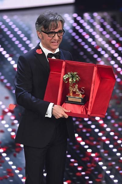 Collar, Outerwear, Coat, Red, Suit trousers, Suit, Formal wear, Blazer, Carmine, Award ceremony,