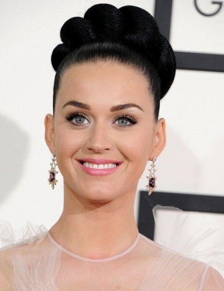 Ear, Nose, Lip, Smile, Hairstyle, Earrings, Chin, Forehead, Eyelash, Eyebrow,