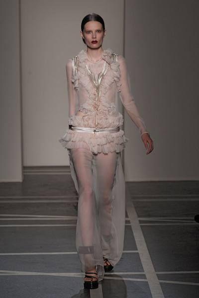 Sleeve, Human leg, Shoulder, Fashion show, Textile, Joint, Style, Knee, Runway, Fashion model,