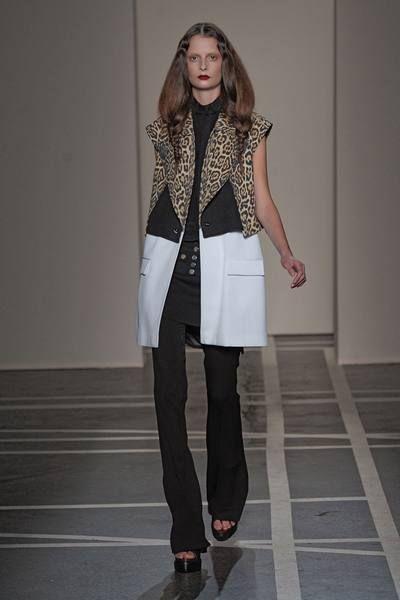 Clothing, Joint, Outerwear, Style, Street fashion, Knee, Fashion accessory, Fashion, Fashion model, Waist,