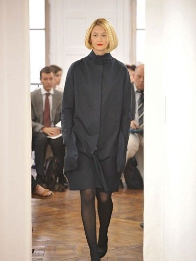 Leg, Outerwear, Style, Formal wear, Knee, Fashion, Suit trousers, Fashion show, Blazer, Street fashion,
