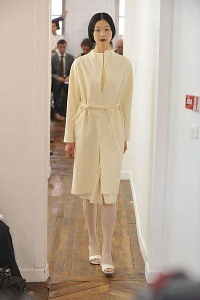 Sleeve, Shoulder, Outerwear, Style, Formal wear, Fashion model, Fashion, Street fashion, Beige, Wood flooring,
