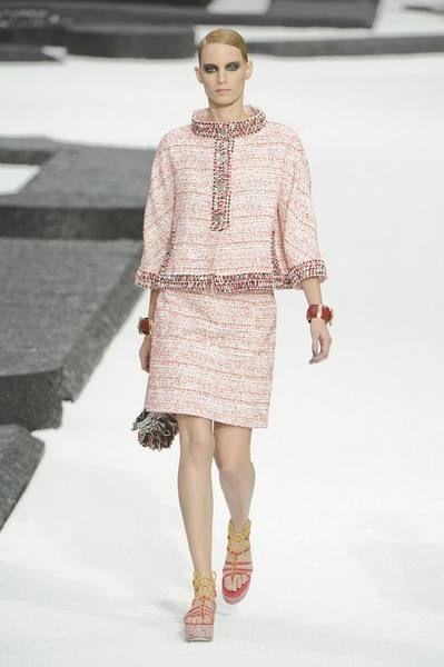 Clothing, Shoulder, Fashion show, Human leg, Joint, Style, Fashion model, Pattern, Runway, Dress,