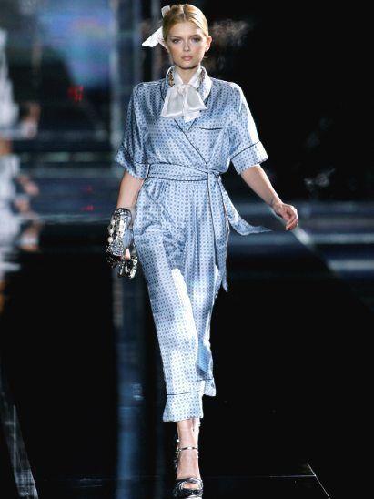 Fashion show, Runway, Fashion model, Style, Hat, Fashion accessory, Fashion, Model, Street fashion, Fashion design,