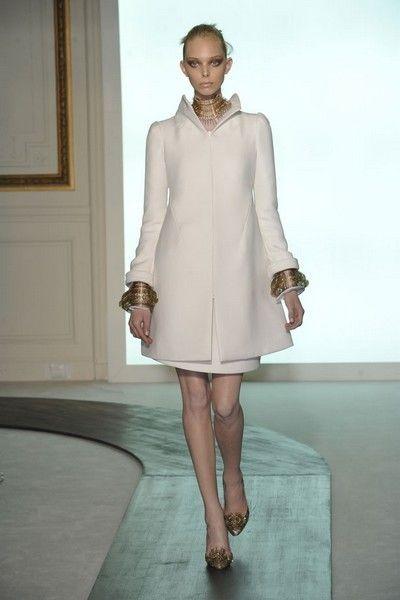 Sleeve, Human body, Human leg, Shoulder, Dress, Textile, Joint, Style, One-piece garment, Knee,